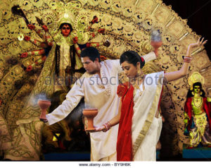 bengali-couple-doing-a-dhunuchi-dance-by9h6k