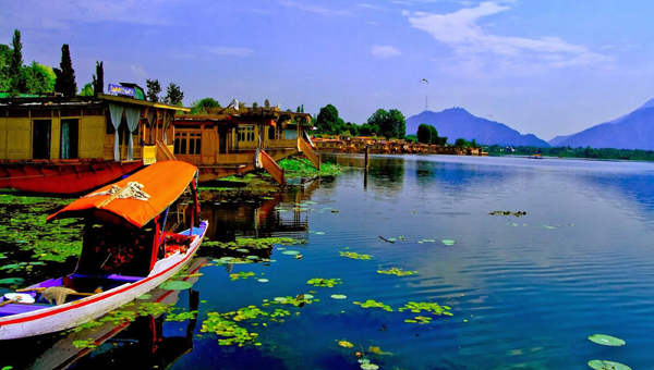 The beautiful Dal lake in the heart of Kashmir