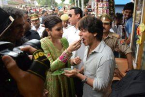 Anushka n Shahrukh relishing Banarasi Paan