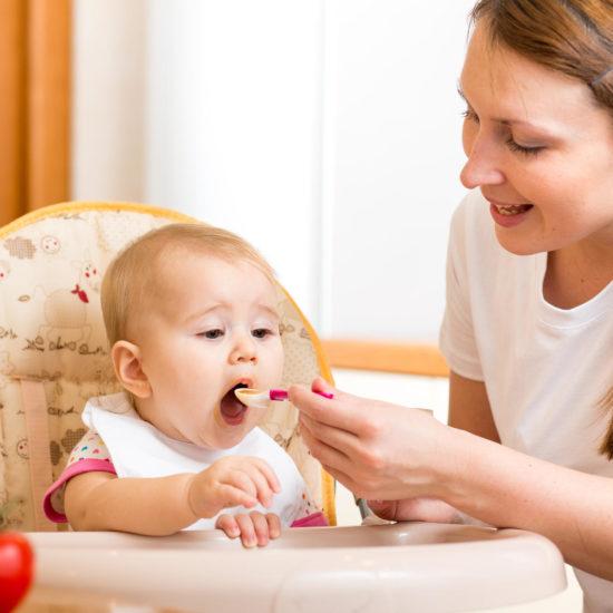 Solid foods to babies, bananivista