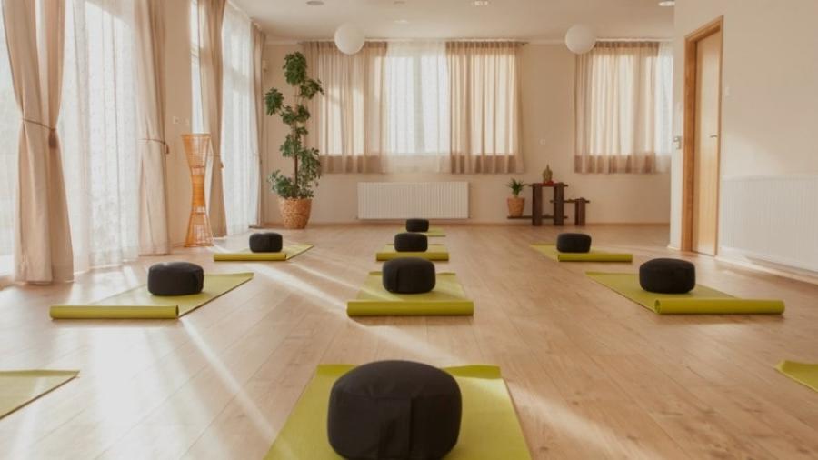 11 Décor Ideas To Design A Home Yoga Studio - BananiVista